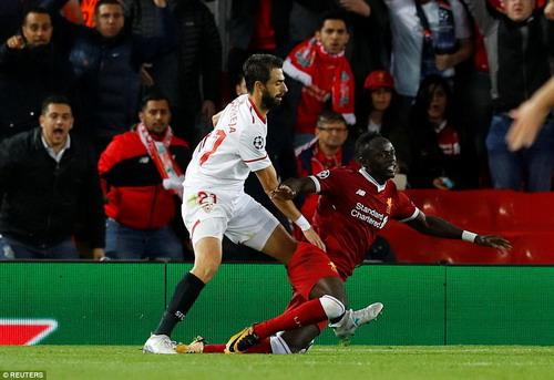 Công làm thủ phá, Liverpool mất thắng ở Anfield - Ảnh 4.