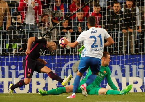 Mathieu sai sót trong cả hai bàn thua của Barcelona