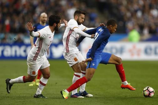 Kylian Mbappe làm nóng sân Stade de France