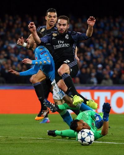 Dries Mertens ghi bàn mở tỉ số cho chủ nhà Napoli
