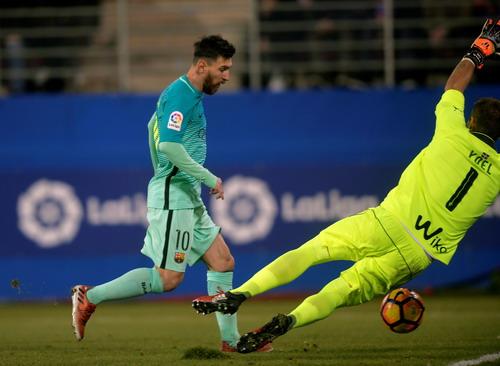 Messi tỏa sáng trong vai trò thủ lĩnh hàng công Barcelona