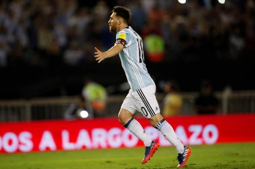 Messi vui mừng sau khi ghi bàn vào lưới Chile