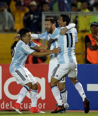 Lập hat-trick, Messi giành vé World Cup 2018 cho Argentina - Ảnh 3.