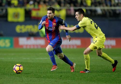 Messi (và Neymar, Suarez) bị đeo bám rất sát