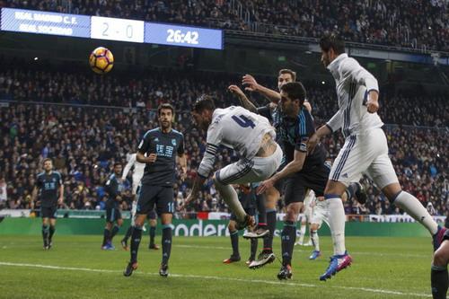 Alvaro Morata (phải) ghi bàn trong tư thế việt vị