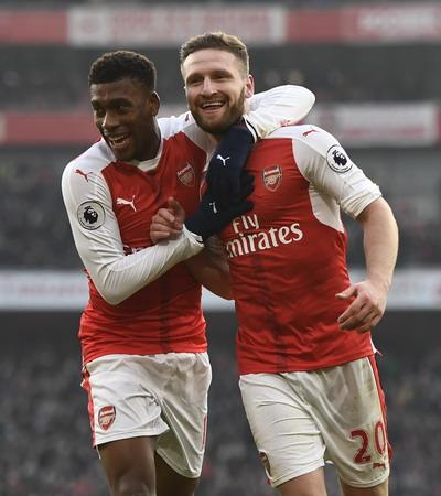 Mustafi (phải) ghi bàn đầu tiên cho Arsenal