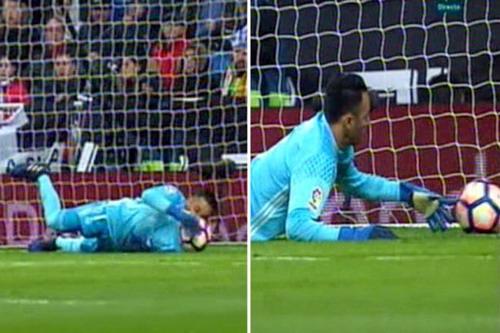 Thủ môn Navas đã ôm được bóng nhưng vẫn để lọt lưới nhà