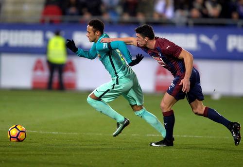 Neymar cũng có pha lập công ấn tượng ờ cuối trận
