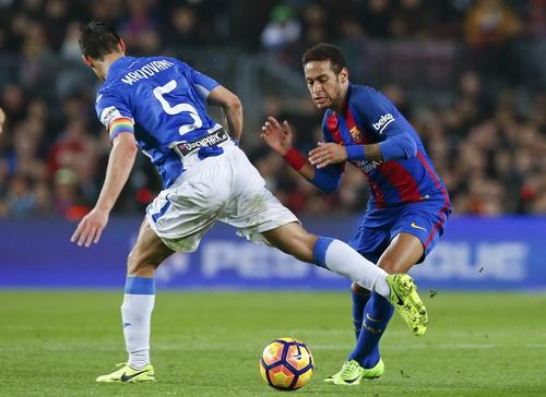 Neymar góp công vào cả hai bàn thắng...