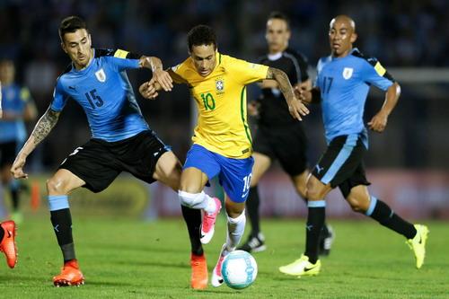 Neymar khiến hàng thủ Uruguay lao đao, vất vả cả trận...