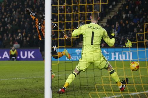 Omar Niasse đánh đầu ghi bàn, Hull lần đầu thắng M.U sau 43 năm