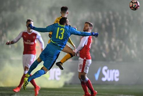 Thủ môn David Ospina cản phá pha bóng tấn công của Sutton United