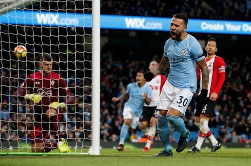 Sterling bùng nổ, Man City lập kỷ lục chiến thắng giải Ngoại hạng - Ảnh 3.