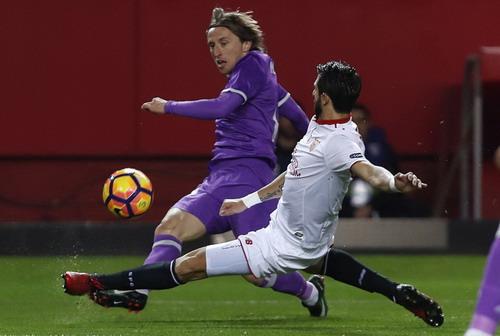 Pareja truy cản bóng trước Luka Modric