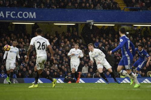 Pedro ghi bàn thứ nhì cho Chelsea