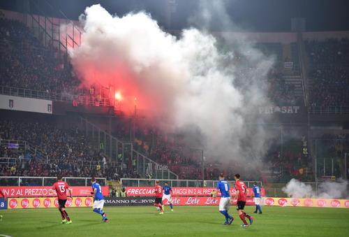 Pháo sáng trên sân Palermo khiến trận đấu phải kéo dài 11 phút