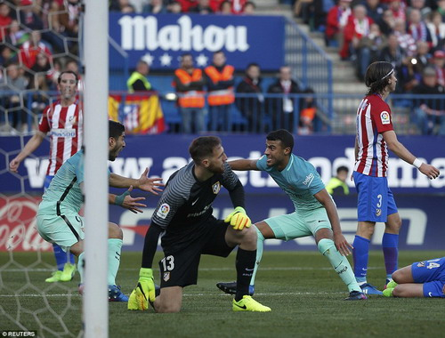 Rafinha mở tỉ số trận đấu cho Barcelona