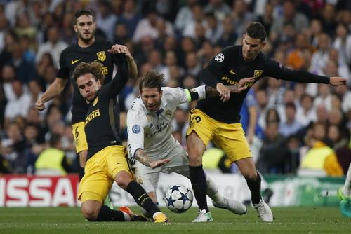Trung vệ Ranmos tả xung hữu đột trước các cầu thủ Atletico