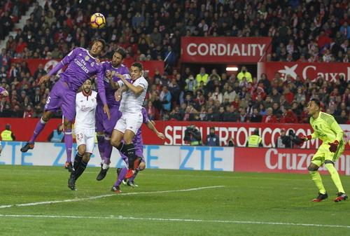 Sergio Ramos đánh đầu phản lưới nhà