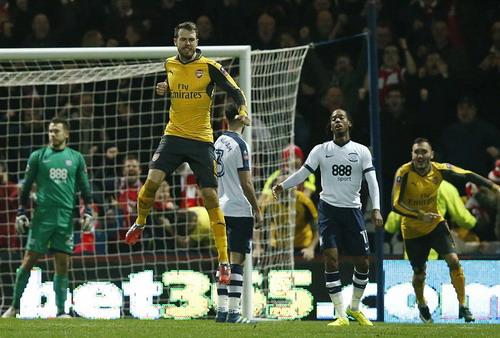 Aaron Ramsey vui mừng sau bàn gỡ hòa đầu hiệp 2