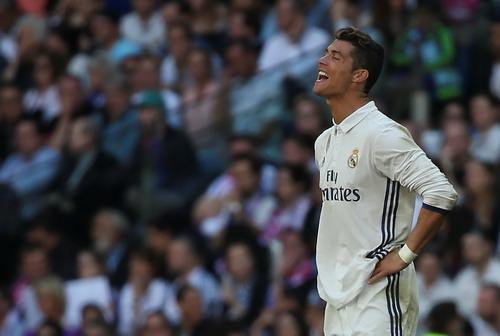 Ronaldo thất vọng sau pha bóng bị Savic cản phá phút 31