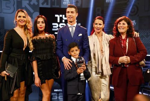 Ronaldo rạng rỡ bên giải thưởng và gia đình