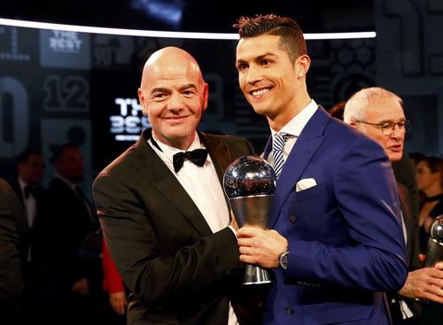 Chủ tịch FIFA đích thân trao giải thưởng cho Ronaldo