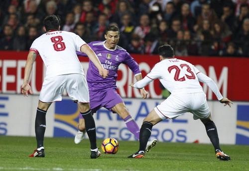 Ronaldo ghi bàn thắng thứ 56 từ chấm đá phạt