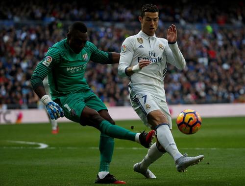 Ronaldo bất lực tìm đường vào khung thành của Kameni