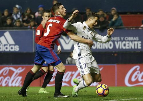Ronaldo bỏ lỡ nhiều cơ hội lập công trước sự đeo bám của hậu vệ Osasuna