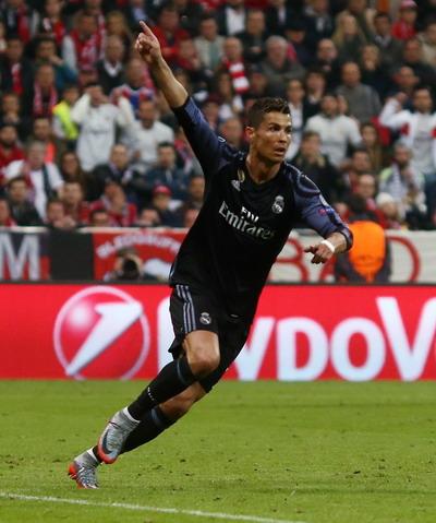 Ronaldo lập cú đúp trên sân Allianz Arena