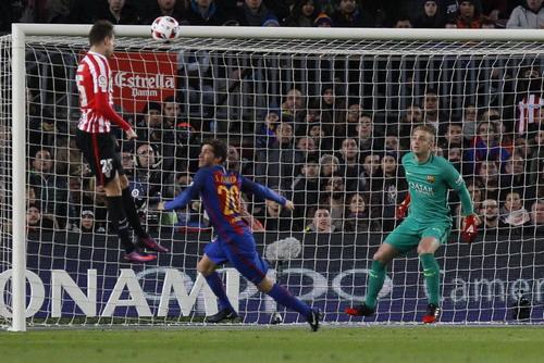 Bàn gỡ của Saborit đẩy Barcelona vào thế khó
