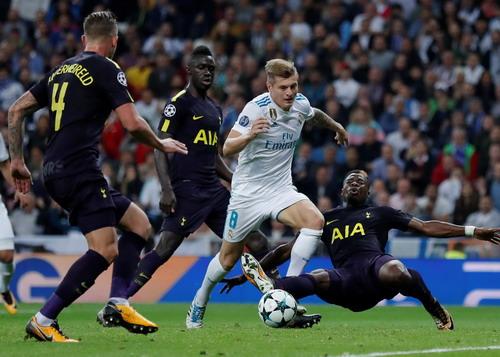 Trọng tài cứu giá, vua Real Madrid thoát hiểm trước Tottenham - Ảnh 4.