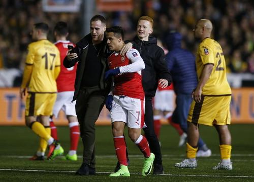 ... chụp ảnh với Alexis Sanchez khi 90 phút thi đấu khép lại
