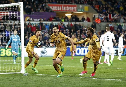 Son Heung-min (giữa) tiếp tục tỏa sáng trong màu áo Tottenham