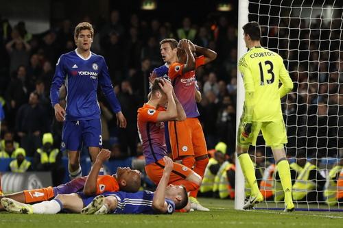 John Stones (ngồi) ôm đầu sau khi bỏ lỡ cơ hội gỡ hòa cuối trận cho Man City