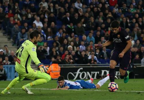 Suarez mở tỉ số trận đấu từ pha bóng bất cẩn của đối phương