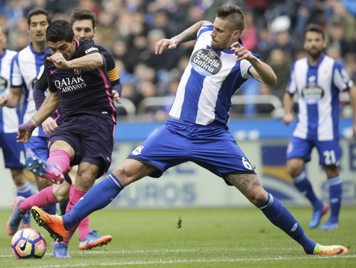 Luis Suarez gỡ hòa đầu hiệp 2 cho Barcelona