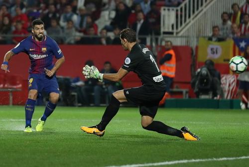 Hai pha đá phản, tân binh Girona thua sốc Barcelona - Ảnh 4.