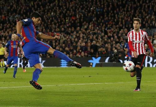 Động tác quăng chân ghi bàn đẹp mắt của Luis Suarez