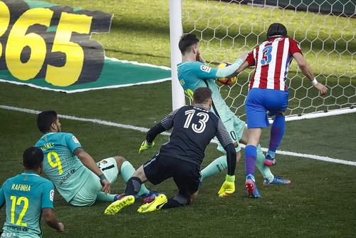 Thủ môn Jan Oblak vất vả trước các chân sút Barcelona