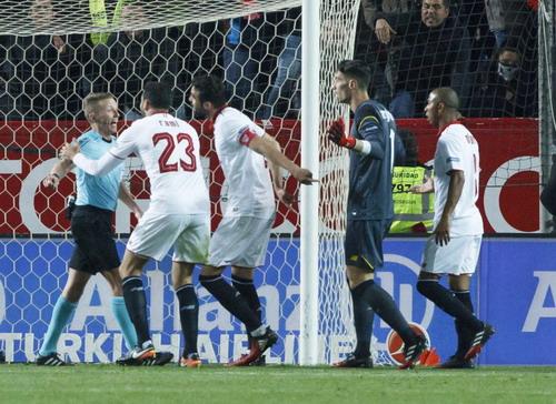 Các cầu thủ Sevilla phản ứng trọng tài về quả phạt 11 m