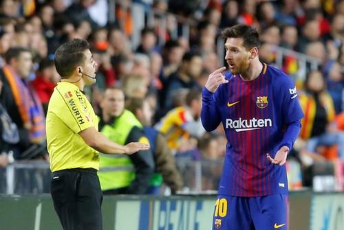 Trọng tài quyết phá, Barcelona suýt trắng tay ở Mestalla - Ảnh 2.