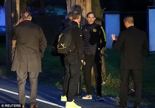 HLV Thomas Tuchel và BHL được cảnh sát trấn an