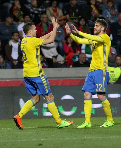 Viktor Claesson (6) lập cú đúp, giúp Thụy Điển giành chiến thắng 3-2