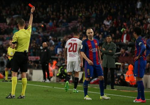 Vitolo nhận thẻ đỏ, Sevilla thua trận thiệt quân ở Nou Camp