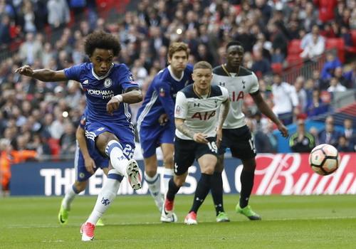 Willian đưa Chelsea vượt lên trước lần thứ nhì với cú sút phạt đền