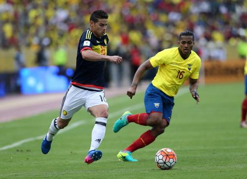 James Rodriguez (trái) đưa Colombia trở lại đường đua