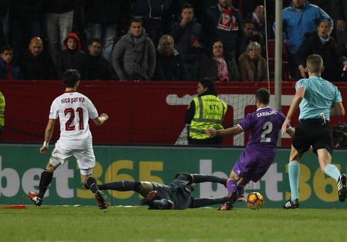 Thủ môn Sergio Rico chạm bóng trước khi Carvajal té ngã