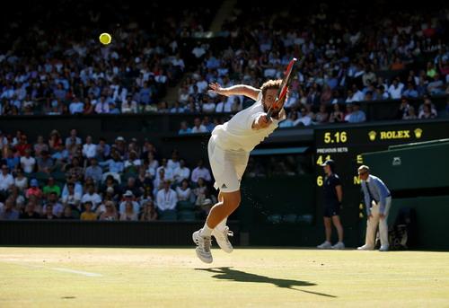 Djokovic lạnh lùng thoát hiểm, Federer chờ đối đầu tiểu Federer - Ảnh 2.